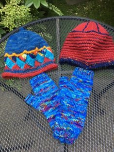 _blue-red-hats-gloves